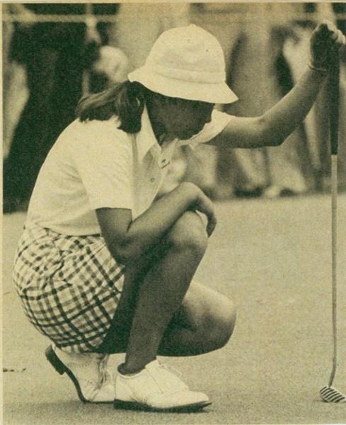マレット型のパターを手にラインを読む樋口(アサヒゴルフ1976年10月号より)