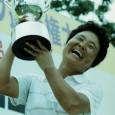 優勝トロフィーを掲げる大迫たつ子(写真提供:スポーツニッポン新聞社)