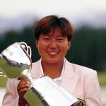 優勝カップを持つ高村亜紀(写真提供:日本女子プロゴルフ協会)