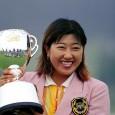 トロフィーを掲げる福嶋晃子(日本女子プロゴルフ協会提供)