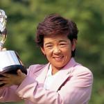 優勝トロフィーを掲げる城戸富貴(写真提供:日本女子プロゴルフ協会)