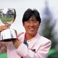 優勝カップを掲げる日吉久美子(日本女子プロゴルフ協会提供)