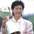 トロフィーを掲げる具玉姫(日本女子プロゴルフ協会提供)