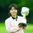 トロフィーを掲げる不動裕理(日本女子プロゴルフ協会提供)