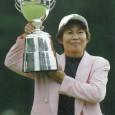 トロフィーを掲げる肥後かおり(提供日本女子プロゴルフ協会)