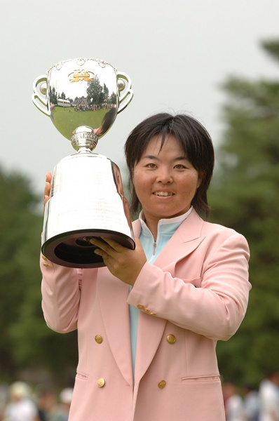 優勝カップを掲げる不動裕理(写真提供:日本女子プロゴルフ協会)