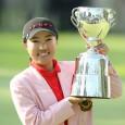 優勝カップを掲げる辛炫周(写真提供:日本女子プロゴルフ協会)