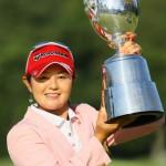 優勝カップを掲げる諸見里しのぶ(写真提供:日本女子プロゴルフ協会)