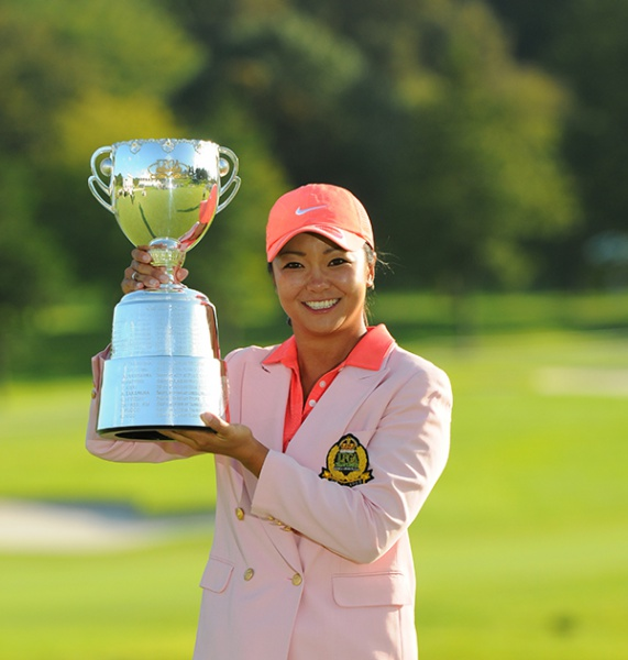 優勝トロフィーを掲げる三塚優子(写真提供:日本女子プロゴルフ協会)