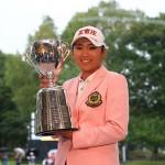 優勝カップを掲げるイボミ 写真提供:日本女子プロゴルフ協会