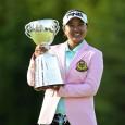 優勝カップを掲げる鈴木愛(写真提供:日本女子プロゴルフ協会)