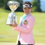 優勝トロフィーを掲げるテレサ・ルー(写真提供:日本女子プロゴルフ協会)