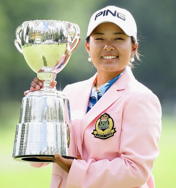 優勝トロフィーを掲げる鈴木愛(写真提供:日本女子プロゴルフ協会)