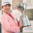 優勝トロフィーを掲げる申ジエ(写真提供:日本女子プロゴルフ協会)