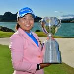 優勝トロフィーを掲げる永峰咲希<Photo:Getty Images>