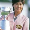 トロフィーを掲げる塩谷育代(日本女子プロゴルフ協会提供)