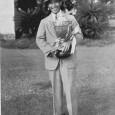 優勝トロフィーを手に笑顔の宮本留吉(ゴルフ1934年10月号=日本ゴルフ協会所蔵=より)