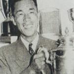 優勝カップを掲げる井上清次(写真提供:日本プロゴルフ協会50年史)
