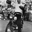 副賞のバイクにまたがりカップを掲げる河野光隆(日本プロゴルフ協会50年史より)