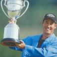 優勝トロフィーを掲げるディーン・ウィルソン(日本プロゴルフ協会50年史より)
