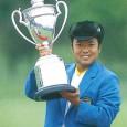 優勝トロフィーを掲げる片山晋呉(日本プロゴルフ協会50年史より)
