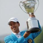 優勝トロフィーを掲げるS・K・ホ(写真提供:日本プロゴルフ協会)