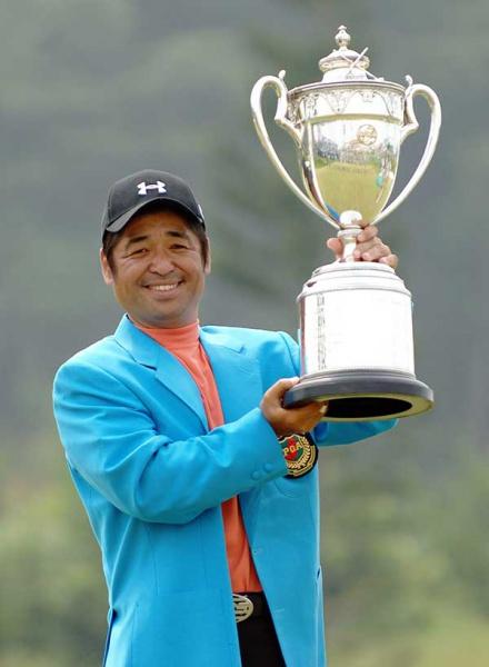 優勝トロフィーを掲げる伊澤利光(写真提供:日本 プロゴルフ協会)