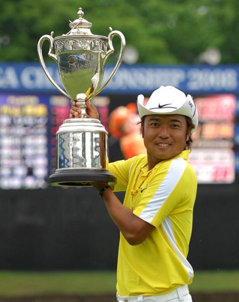 優勝トロフィーを掲げる片山晋呉(写真提供:日本 プロゴルフ協会)