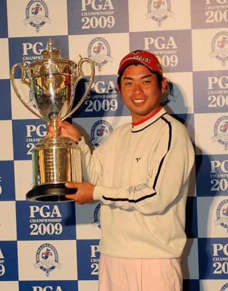 優勝トロフィーを掲げる池田勇太(写真提供:日本 プロゴルフ協会)