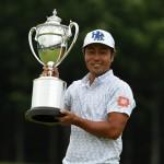 優勝トロフィーを掲げる谷原秀人(写真提供:日本 プロゴルフ協会)