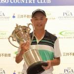 優勝トロフィーを掲げる谷口徹(写真提供:日本プロゴルフ協会)