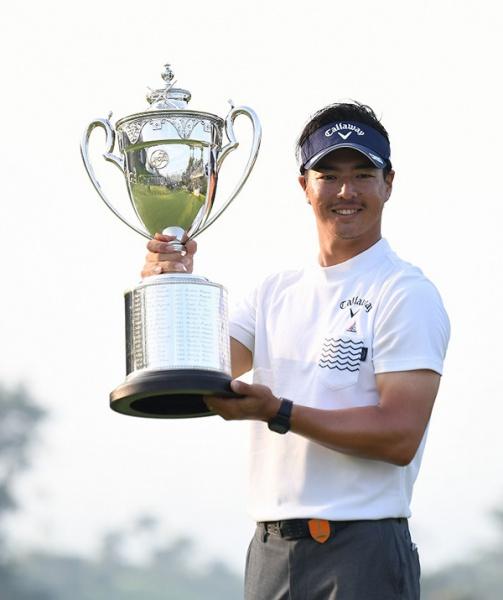 優勝トロフィーを掲げる石川遼(写真提供:日本プロゴルフ協会)