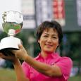 優勝カップを掲げる永田富佐子(日本女子プロゴルフ協会提供)