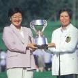 優勝トロフィーを持つ服部道子(左)と樋口久子会長(当時)(提供:日本女子プロゴルフ協会)