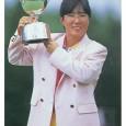 優勝トロフィーを掲げる日吉久美子(写真提供:日本女子プロゴルフ協会)