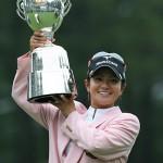 トロフィーを掲げる宮里藍(日本女子プロゴルフ協会提供)