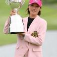 トロフィーを掲げる飯島茜(提供日本女子プロゴルフ協会)