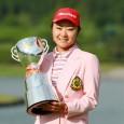 優勝トロフィーを掲げる藤田さいき 写真提供:日本女子プロゴルフ協会