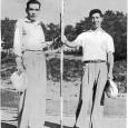戦いを終え、13番グリーンで互いの健闘をたたえ合う石井茂(左)と小野光一(ゴルフ1954年8月号より)