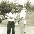 決勝を戦い終えて握手する中村(左)と小野(日本プロゴルフ協会30年史より)