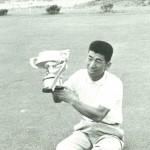 優勝カップを持つ佐藤精一(日本プロゴルフ協会50年史より)