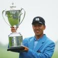 優勝トロフィーを掲げるSK・ホ(写真提供:日本プロゴルフ協会)