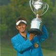 優勝トロフィーを掲げる近藤智弘(日本プロゴルフ協会50年史より)