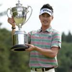 優勝トロフィーを掲げる金亨成(写真提供:日本プロゴルフ協会)