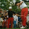 ショットを打つ吉川一雄(右)を見守る新井規矩雄(写真はアサヒゴルフ1976年8月号より)